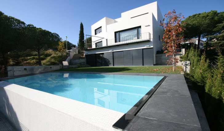 piscina minimalista efecto espejo cabrils 23 - Piscinas De Diseo